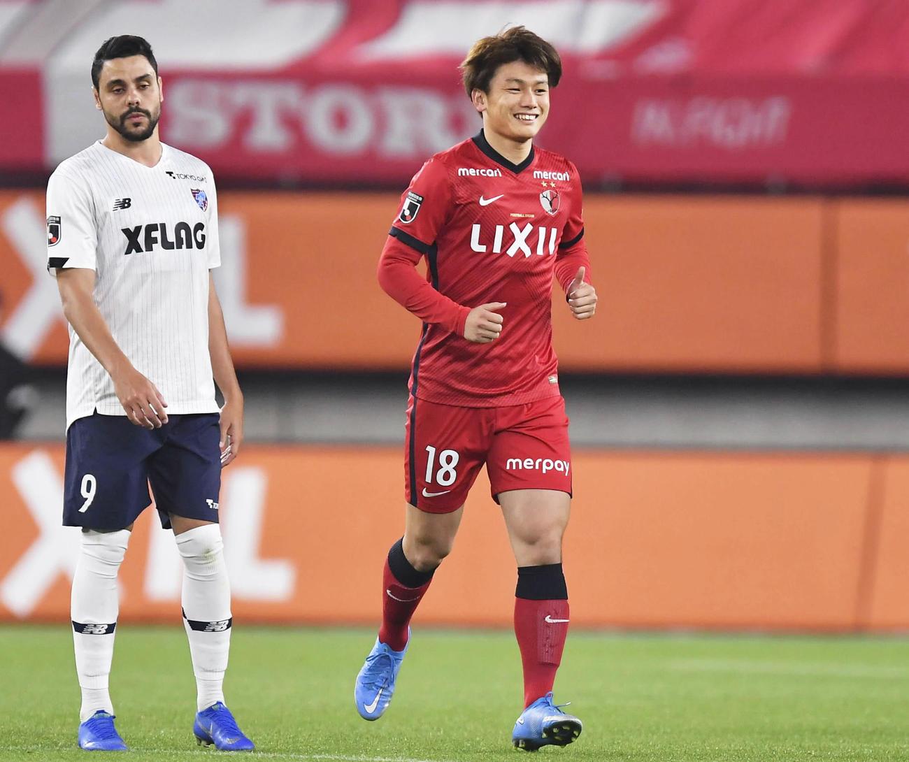 鹿島対東京 後半、チーム3点目のゴールを決め、笑顔の鹿島上田(右=共同)