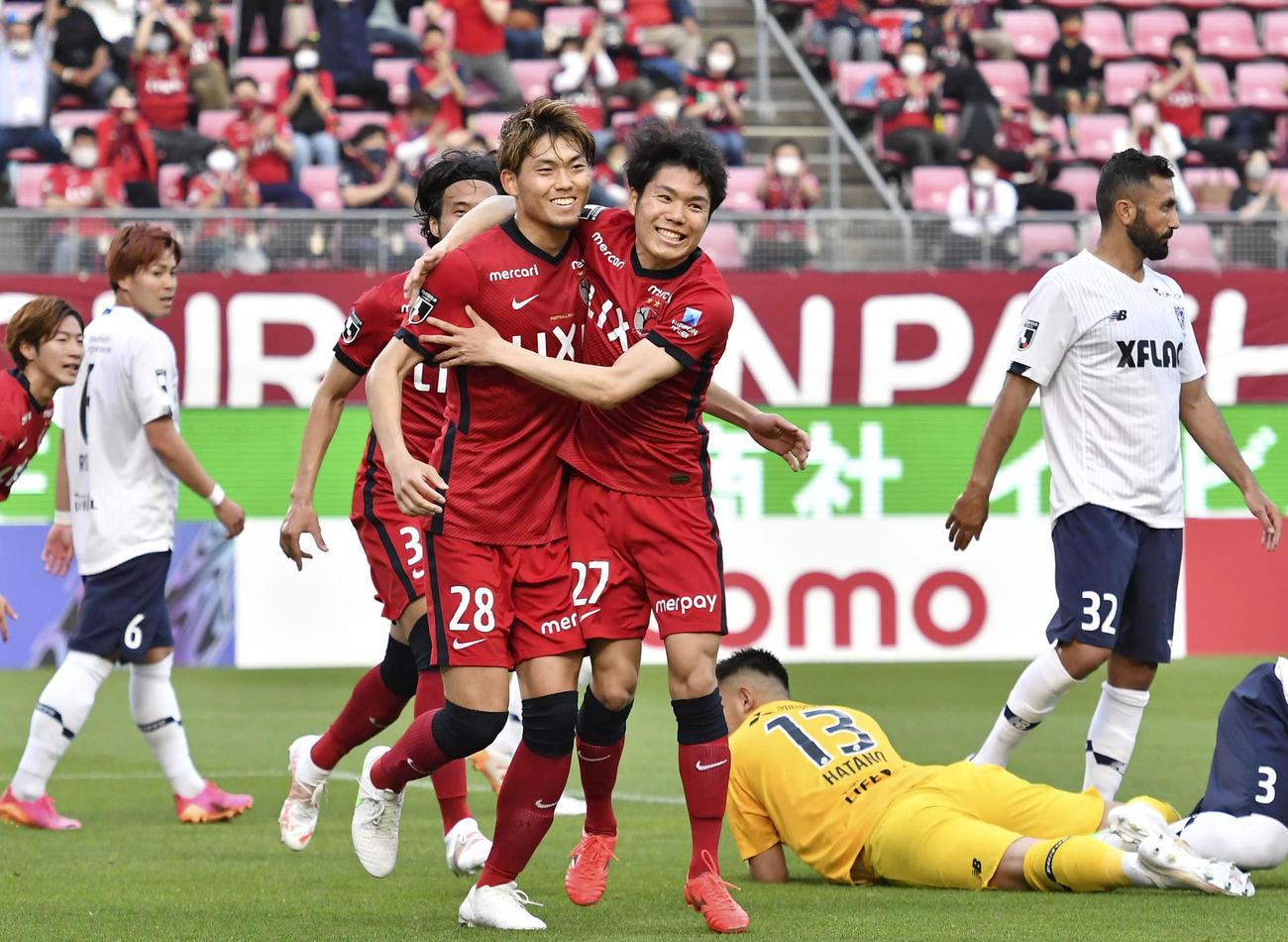 鹿島―FC東京 前半、先制ゴールを決め、駆けだす鹿島・町田(28)と祝福する松村(27)=カシマ(共同)