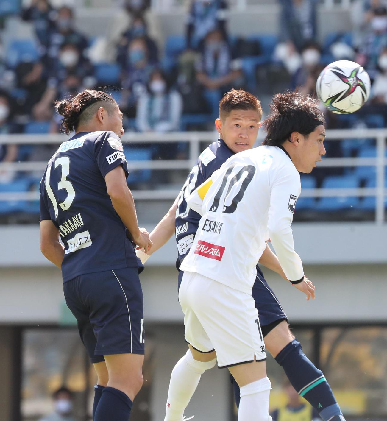 福岡対柏 後半3分、福岡志知孝明はコーナーからの浮いた球を頭であわせてゴールを決める(撮影・梅根麻紀)