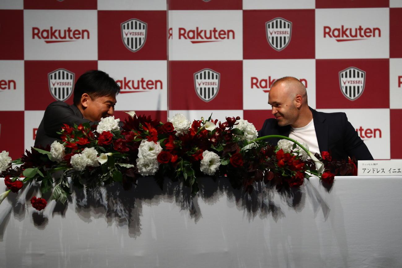37歳の誕生日に神戸と2年の契約延長を会見で発表したMFイニエスタ(右)と三木谷会長(C)VISSEL KOBE