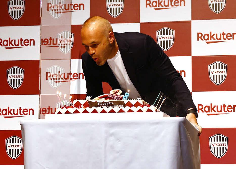 37歳の誕生日ケーキのろうそくを消す神戸MFイニエスタ(右)(C)VISSEL KOBE
