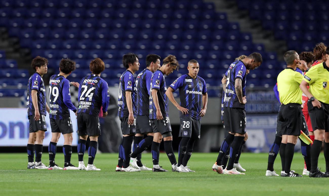21年5月12日、広島に敗れ肩を落とし整列する宇佐美(中央)らG大阪の選手ら