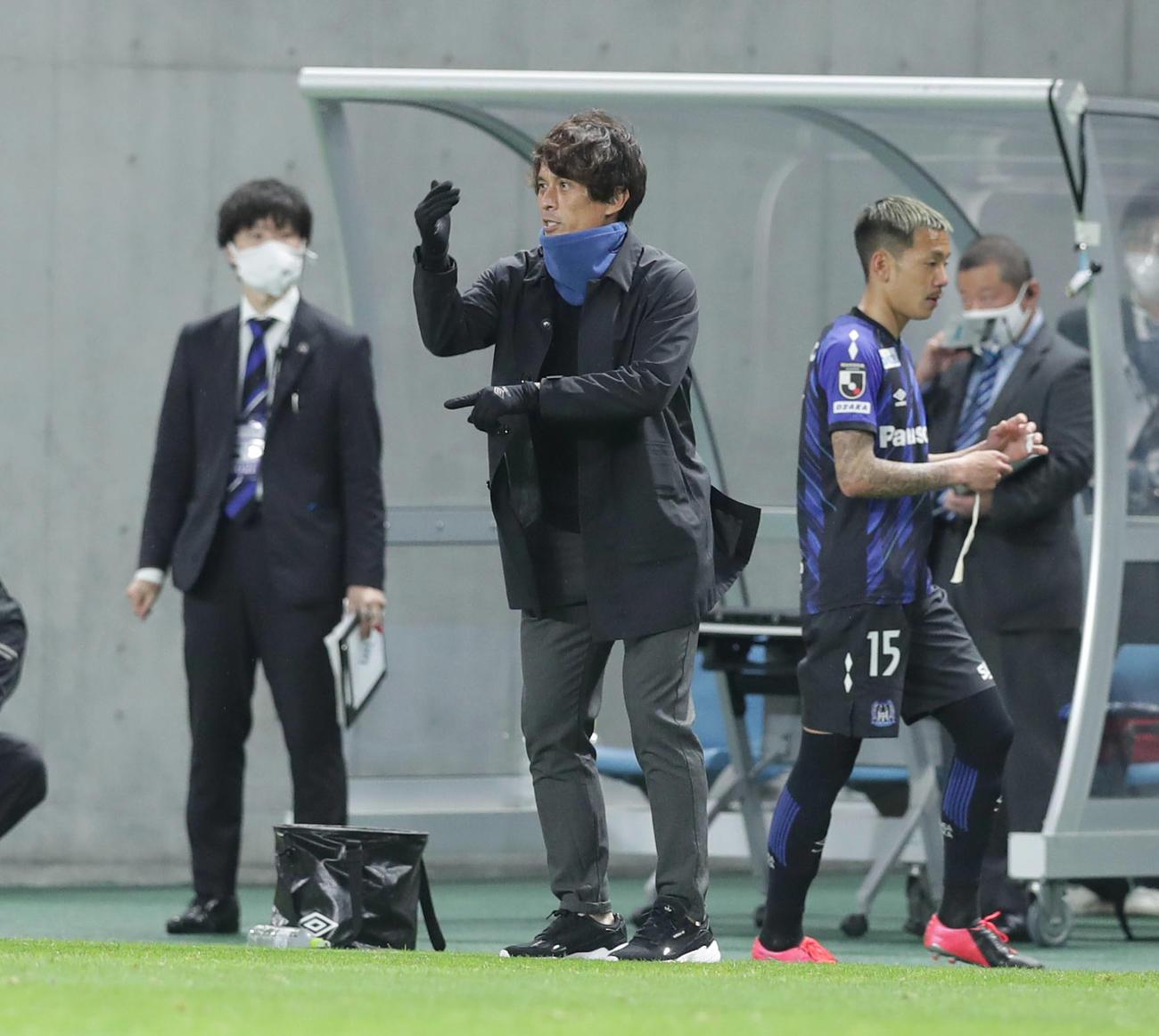 21年5月12日、広島戦の後半、飲水タイムで選手に指示を出すG大阪宮本監督(中央)