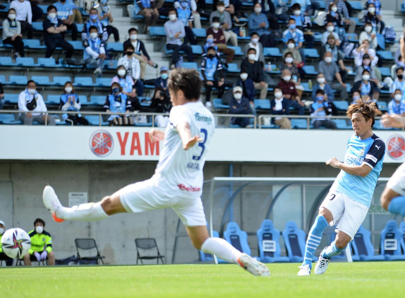 後半5分、右足でゴールを決める磐田MF遠藤