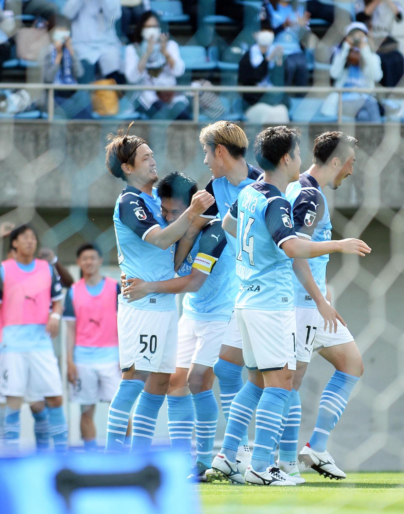 得点後にチームメートと喜び合う磐田MF遠藤(背番号50)