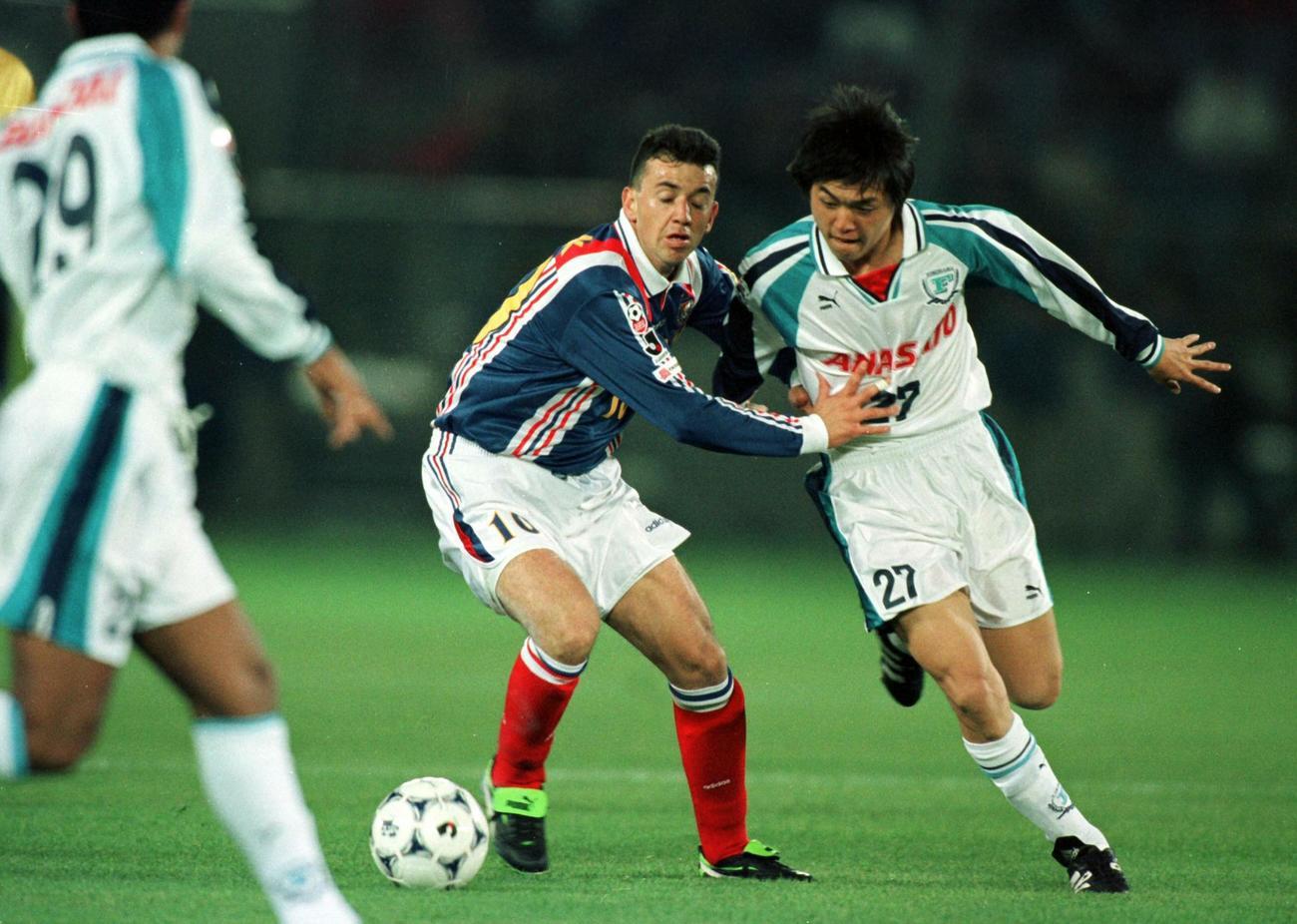 横浜FのMF遠藤保仁(右)と競り合う横浜MのMFバルディビエソ(1998年3月21日撮影)