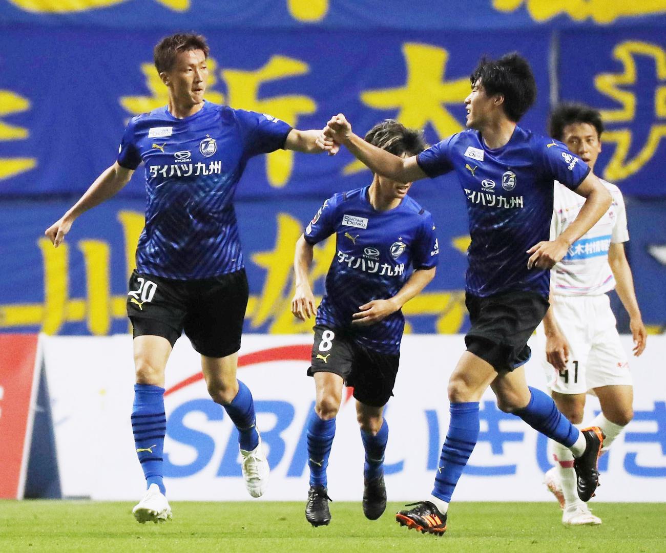 後半、同点ゴールを決め祝福される大分・長沢(左端)(共同)