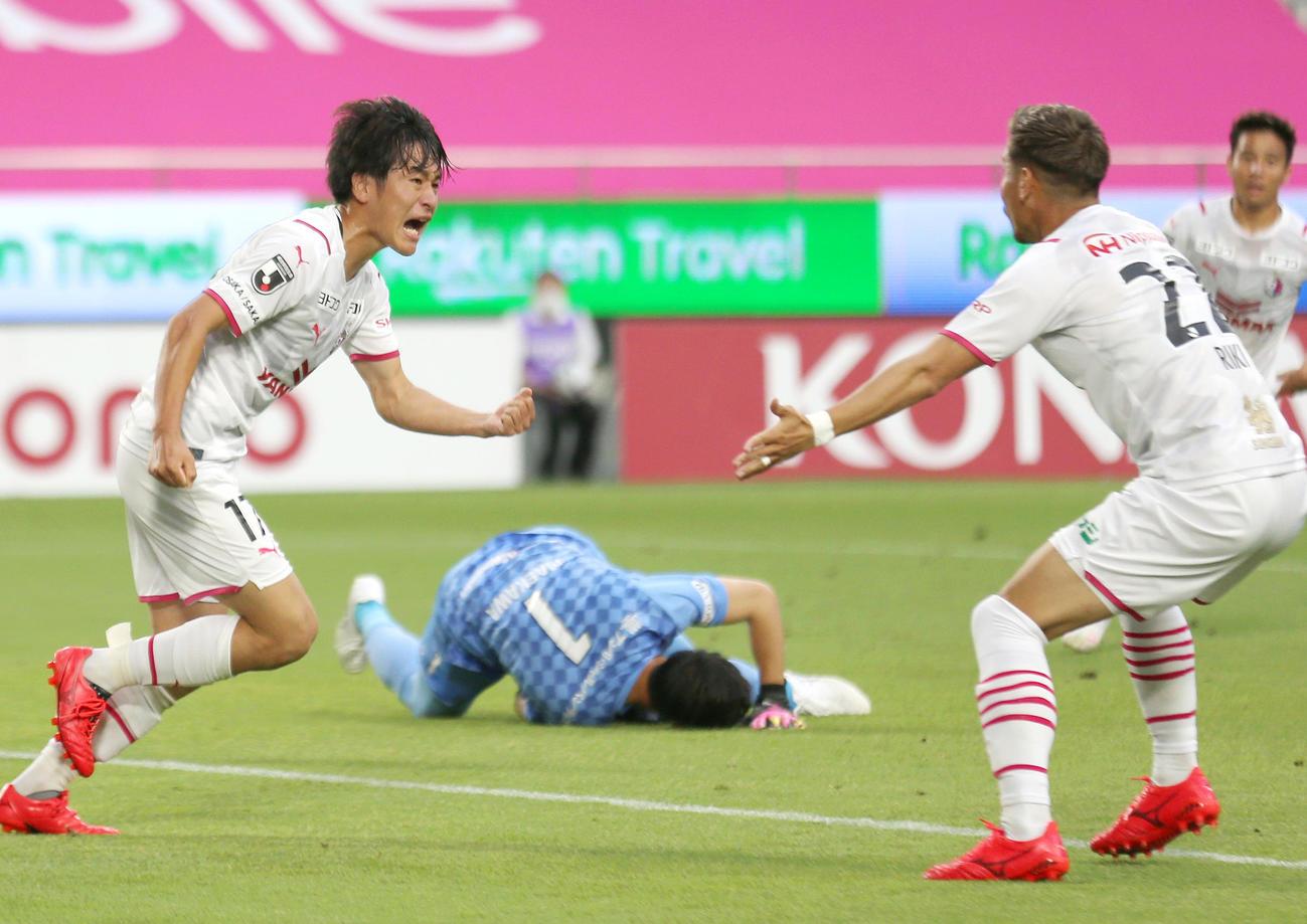神戸対C大阪 後半、C大阪坂元(左)はゴールを決め歓喜する(撮影・上山淳一)