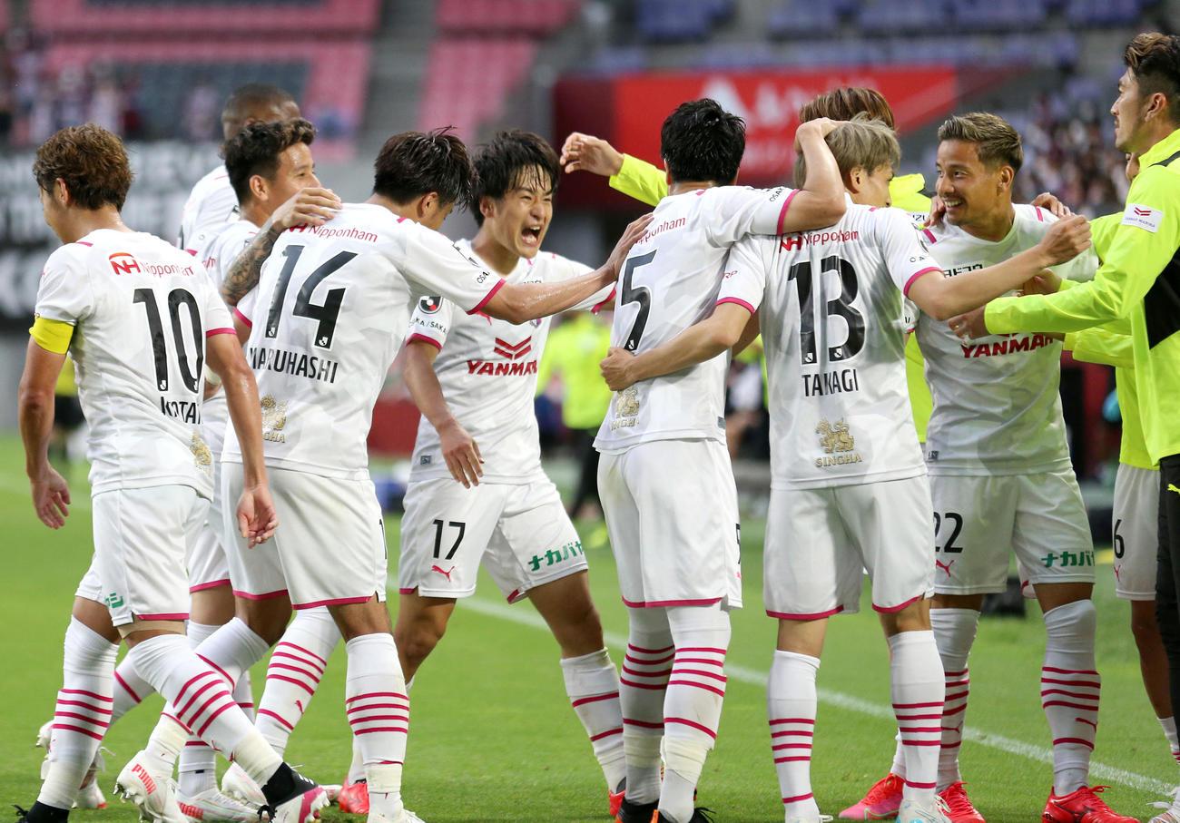 神戸対C大阪 後半、C大阪坂元(中央)は先制ゴールを決めて歓喜する(撮影・上山淳一)