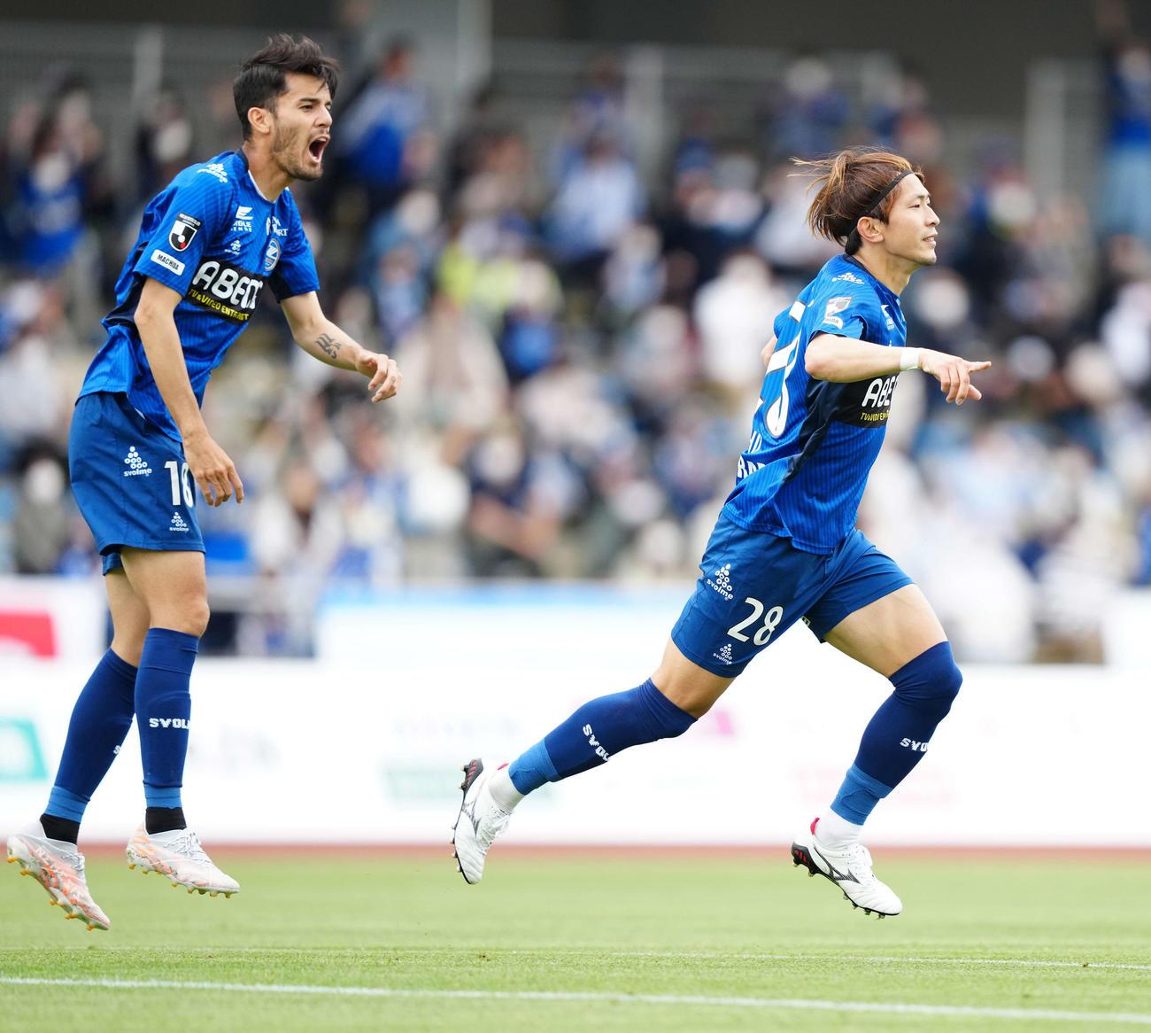 町田対新潟 前半、ゴールを決め歓喜する町田太田(右)(撮影・江口和貴)