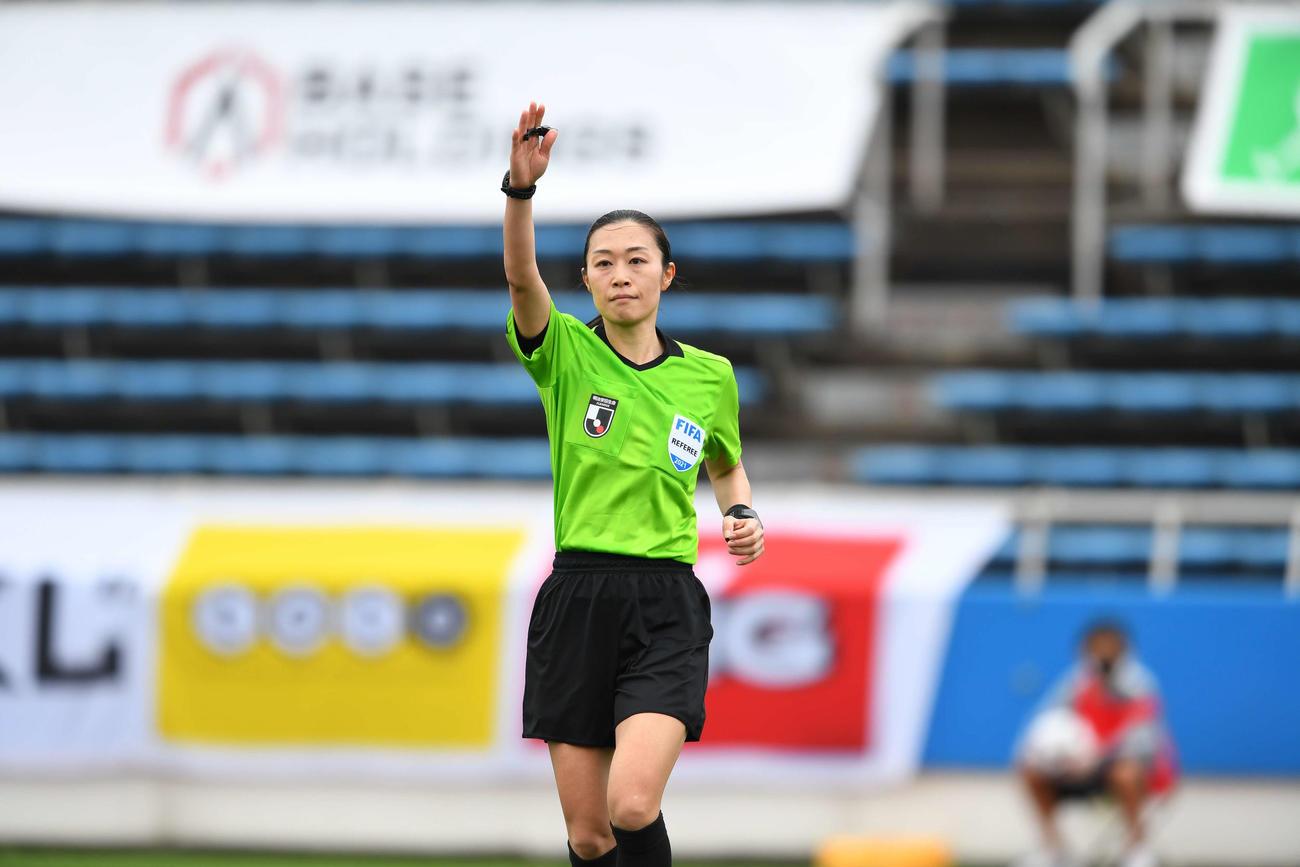 J3のYS横浜対宮崎戦で、女性審判員として初めてJリーグの試合を担当した山下良美主審(C)JFA