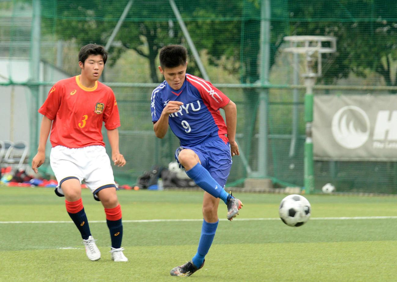 後半15分、右足で決勝点を決める飛龍MF佐野琢(右)