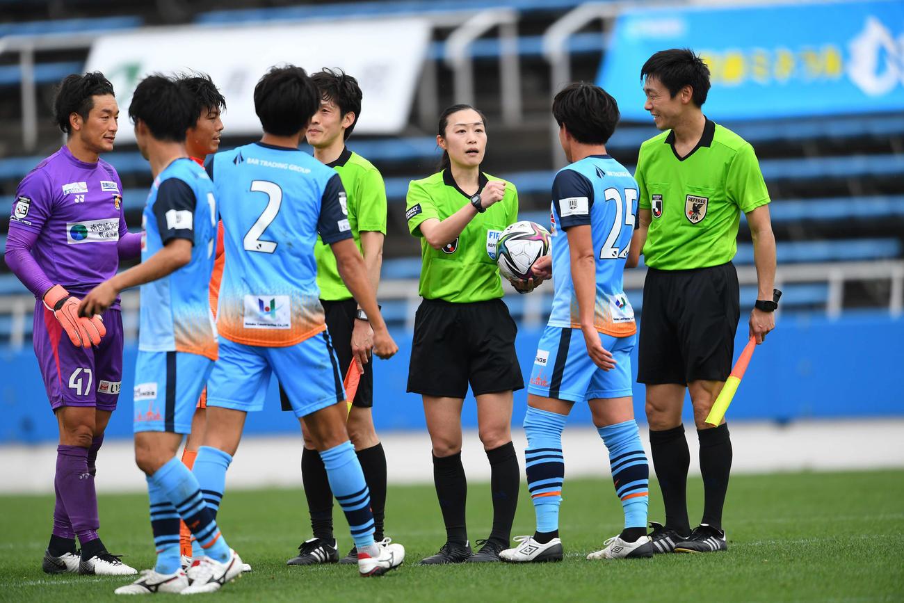 J3のYS横浜対宮崎戦で、女性審判員として初めてJリーグの試合を担当した山下良美主審(中央)(C)JFA