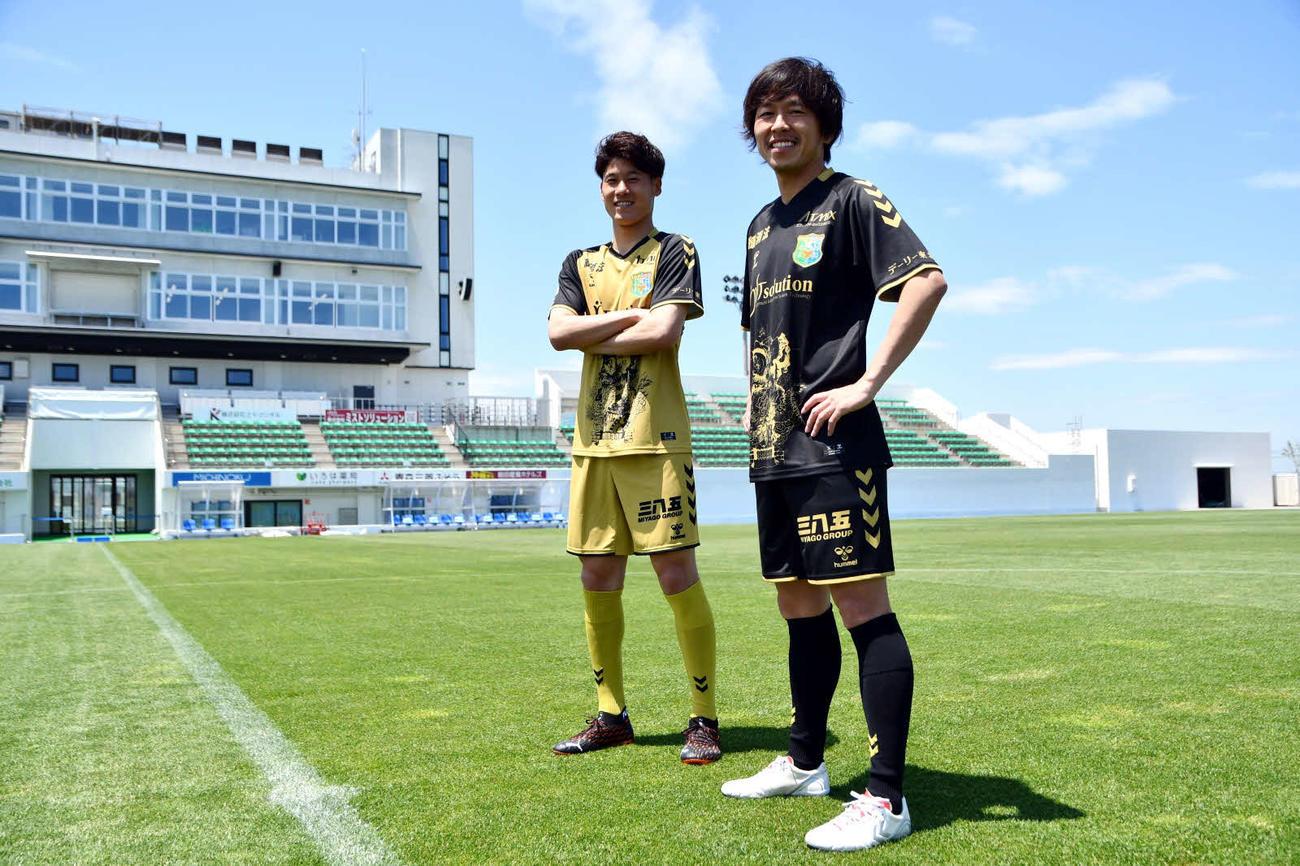 15周年記念ユニホームを着用するJ3八戸GK蔦(左奥)とMF新井山(J3八戸提供)