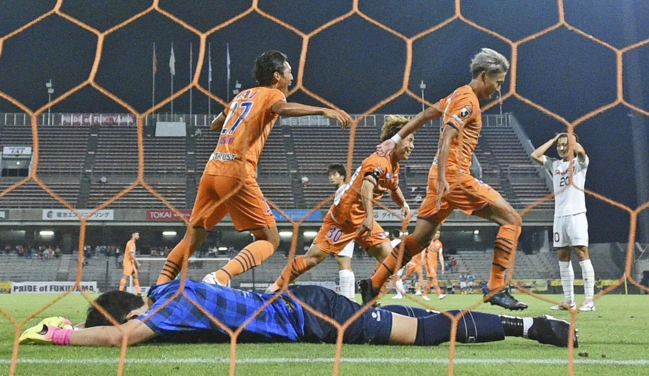 試合終了間際、決勝ゴールを決め、駆けだす清水・原(中央右)。GK児玉