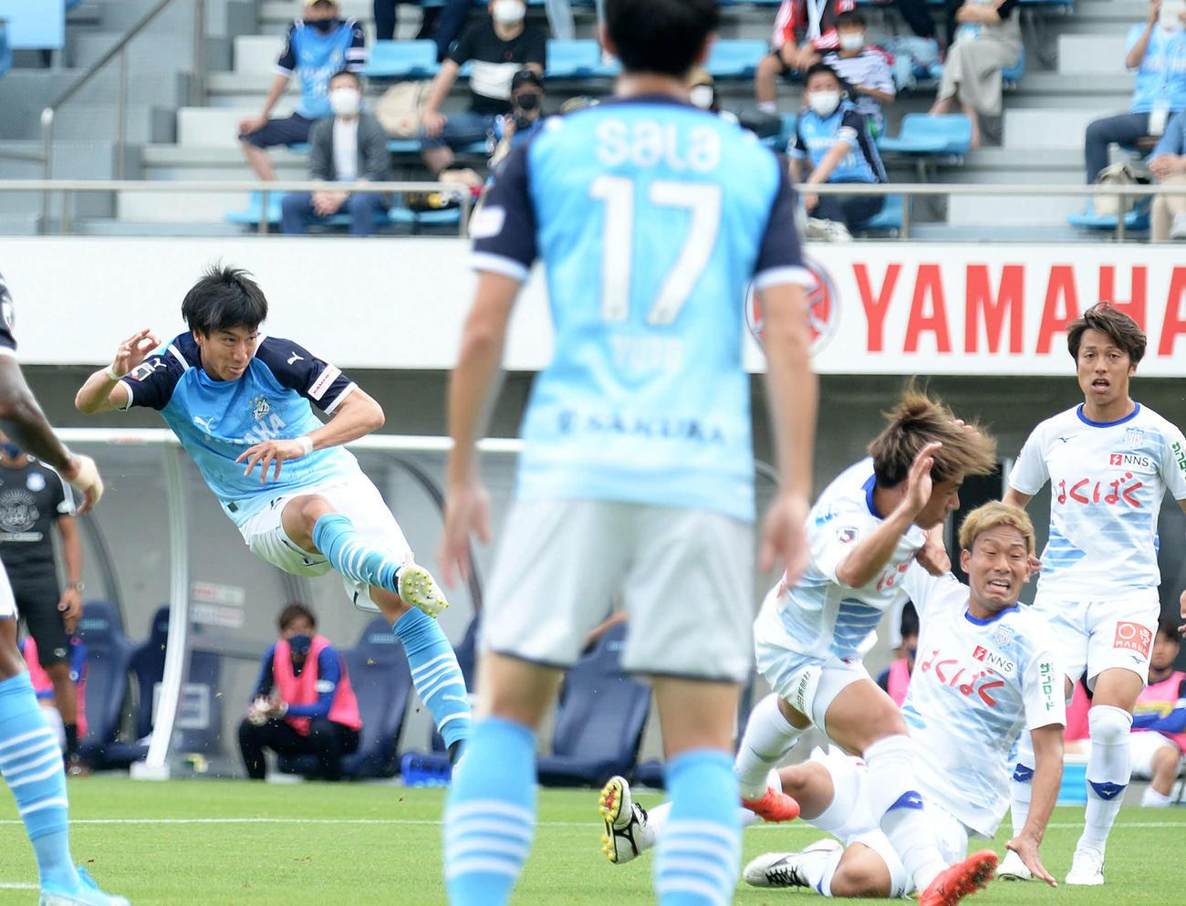前半15分、右足ミドルで先制点を決める磐田FW大津(左端)
