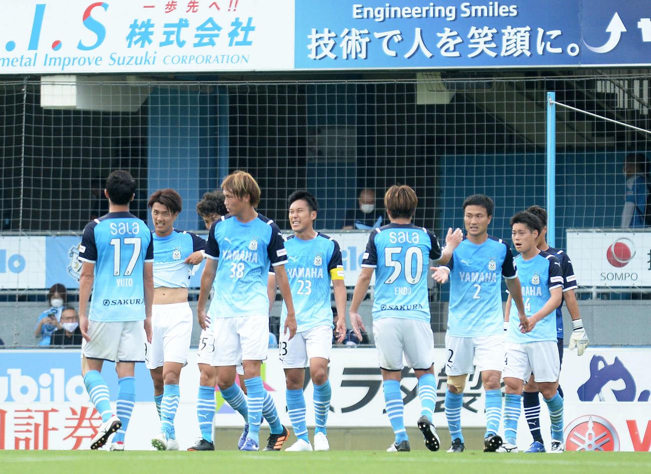 5連勝を飾り、喜びを分かち合う磐田の選手たち
