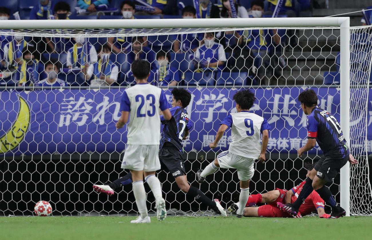 G大阪対関学大 後半、ゴールを決める関学大・輪木(左から3人目)(撮影・前田充)