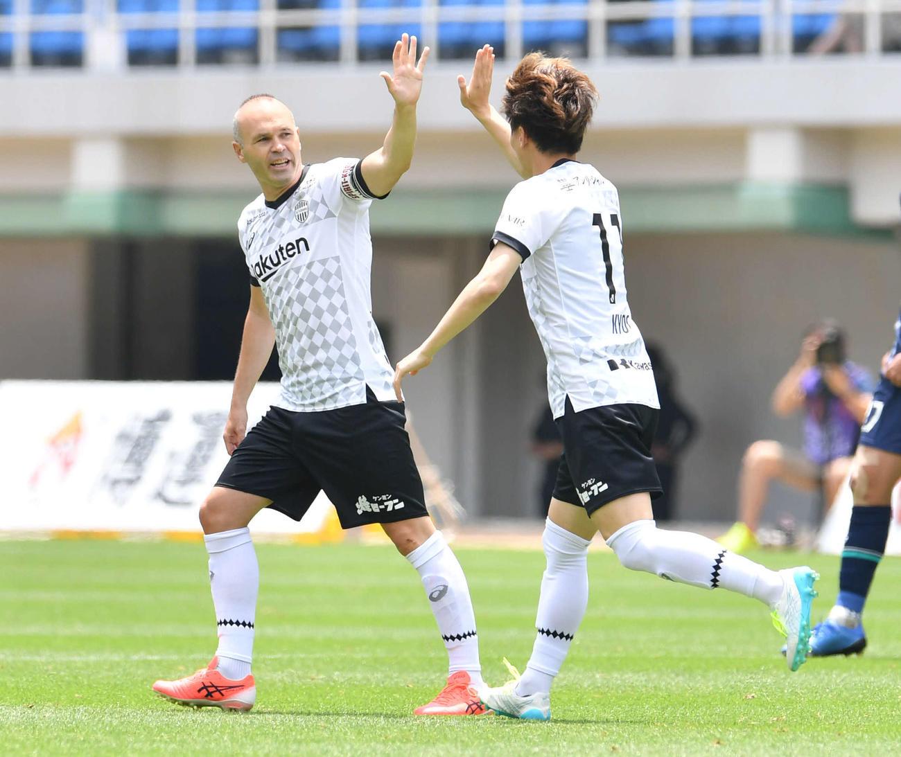 福岡対神戸 前半、先制ゴールを決めた神戸・古橋(右)とタッチを交わすイニエスタ(撮影・岩下翔太)