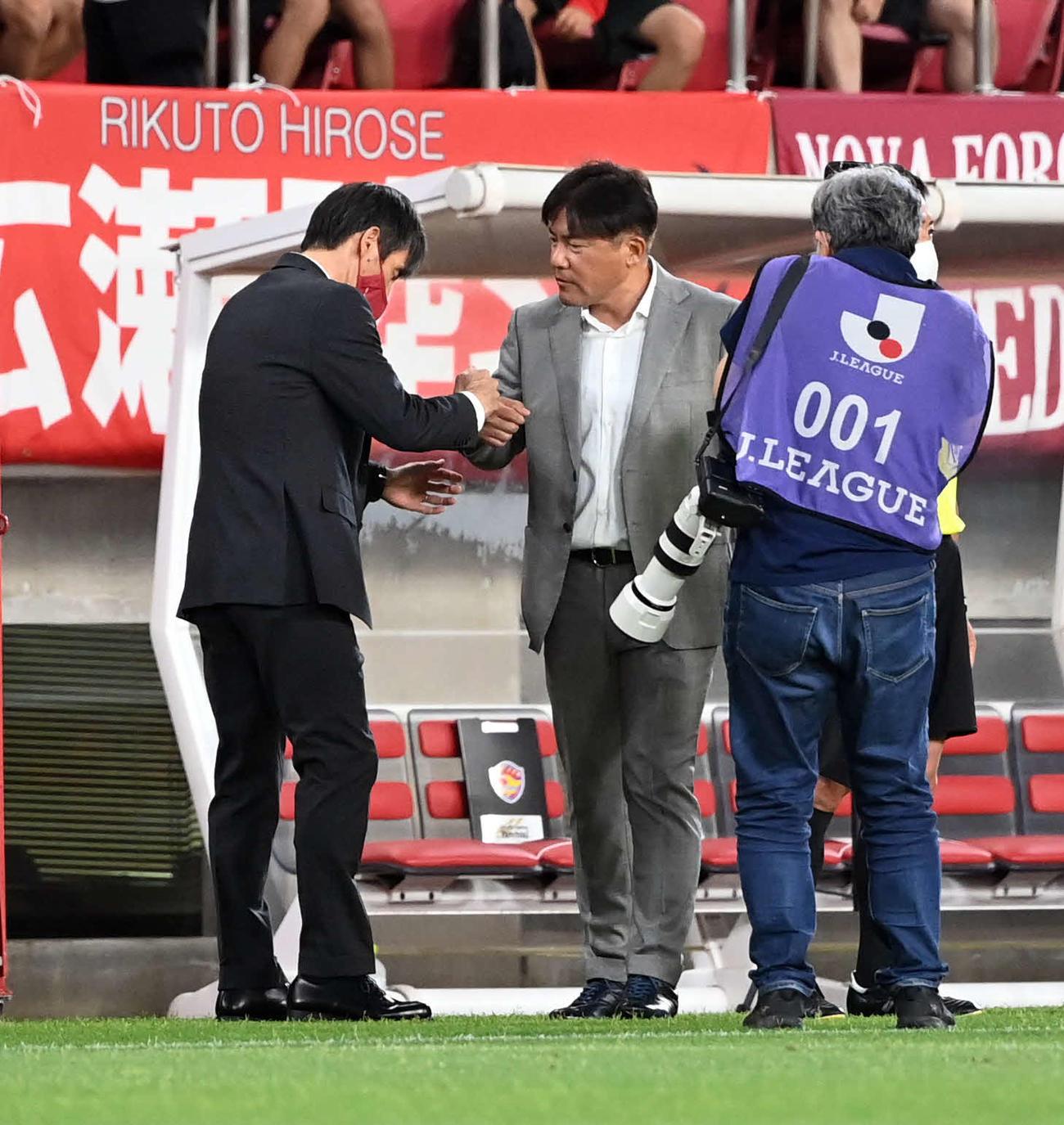 鹿島対仙台 試合終了後、鹿島・相馬監督(左)と握手を交わす手倉森監督(撮影・たえ見朱実)