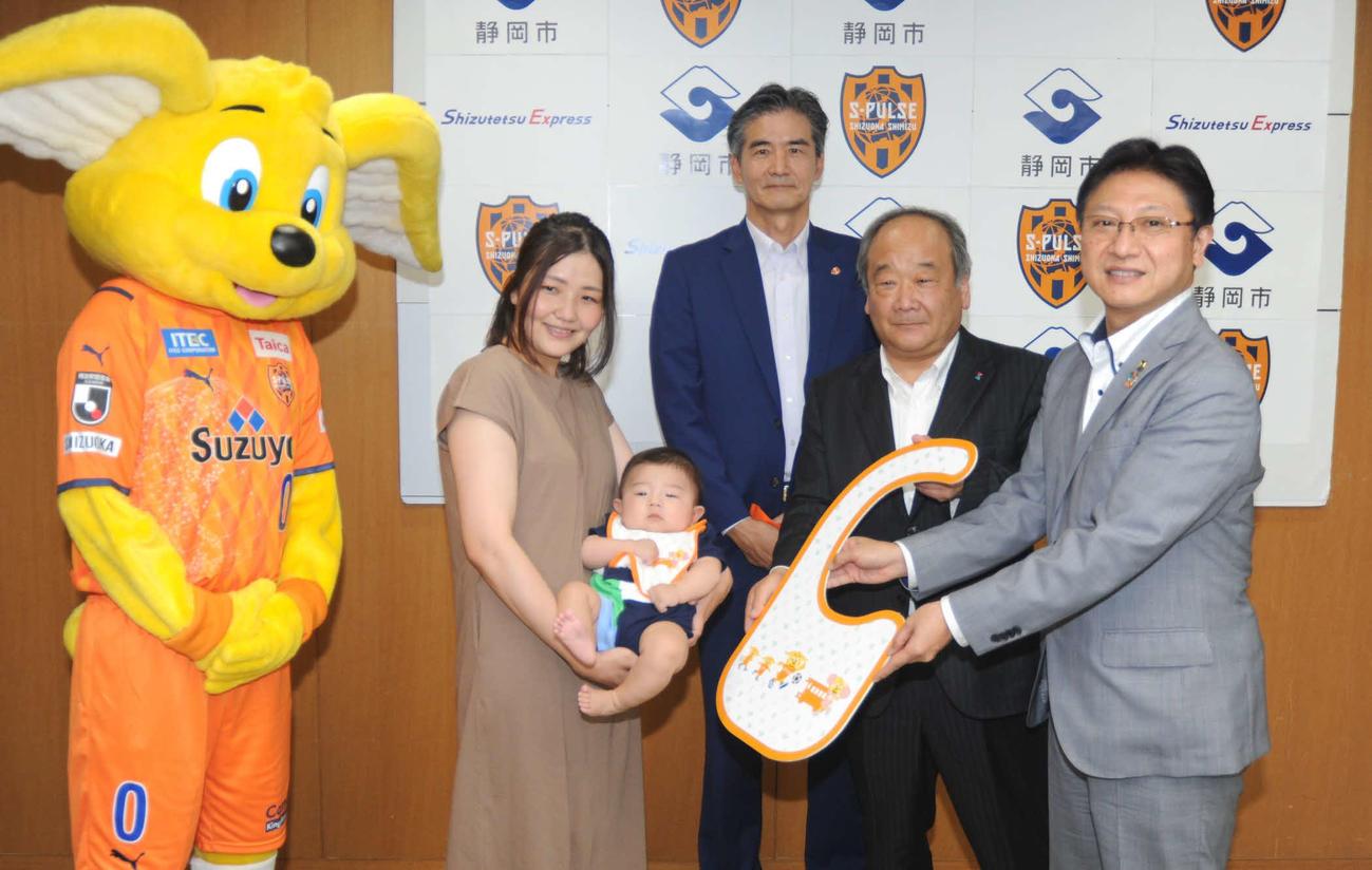 田辺静岡市長(右端)らからベビースタイを受け取った志村さん親子