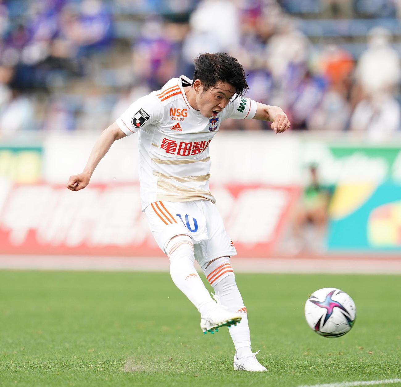秋田戦に途中出場し1ゴール1アシストを記録した新潟MF本間至恩=2021年6月