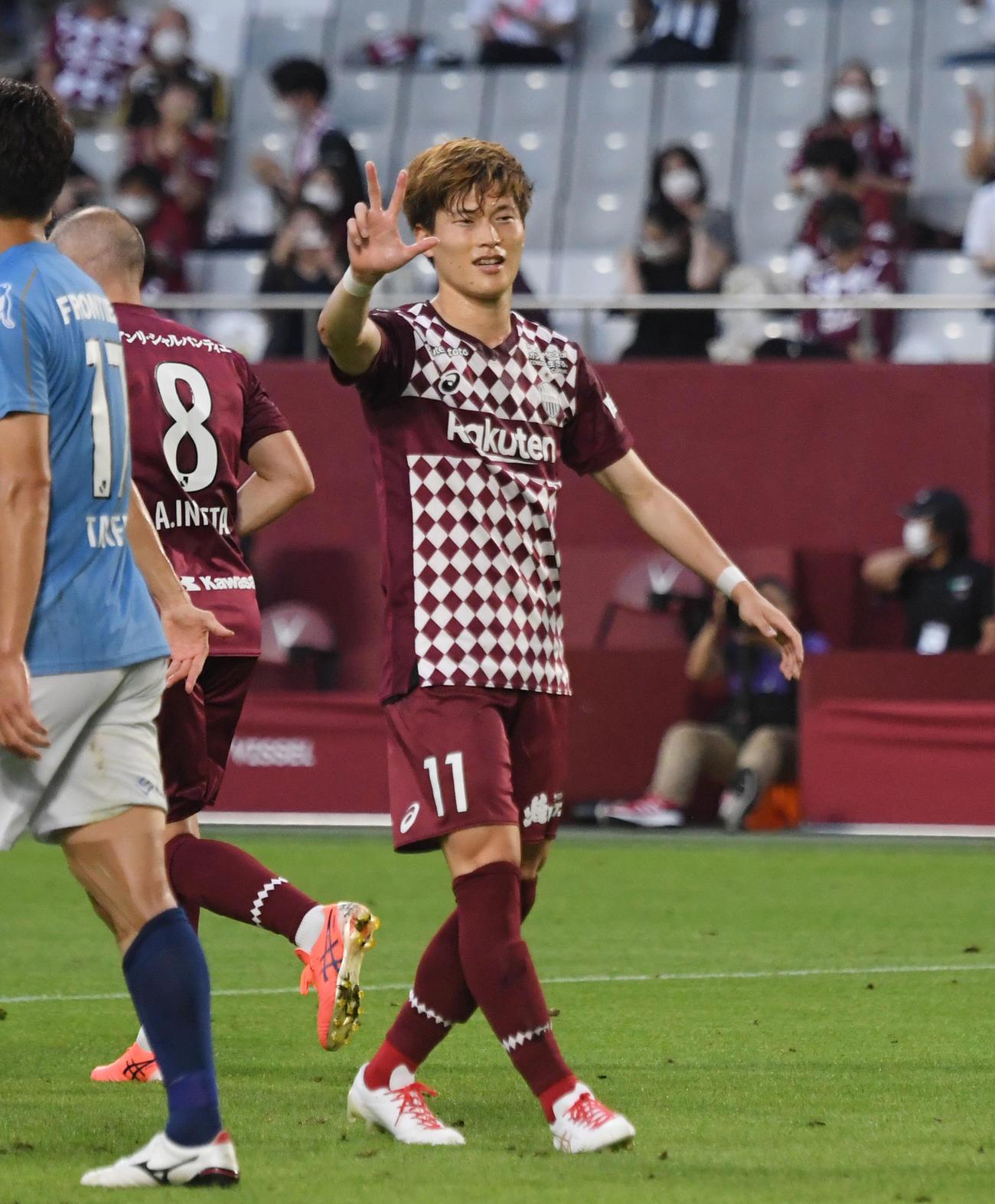 神戸対横浜FC  前半、チーム3点目を決め喜ぶ神戸古橋(撮影・滝沢美穂子)