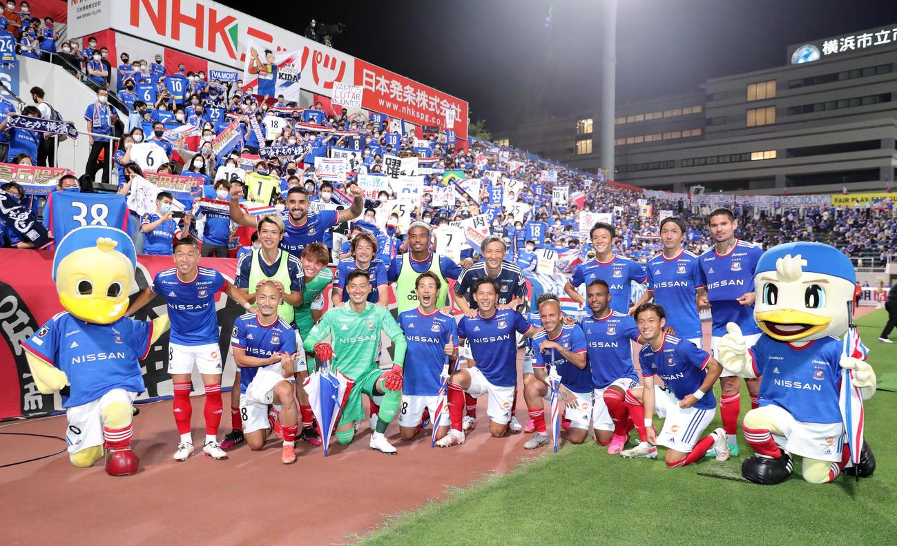 横浜対鳥栖 試合後、記念写真に納まる前田(前列左から3人目)ら横浜の選手たち(撮影・垰建太)