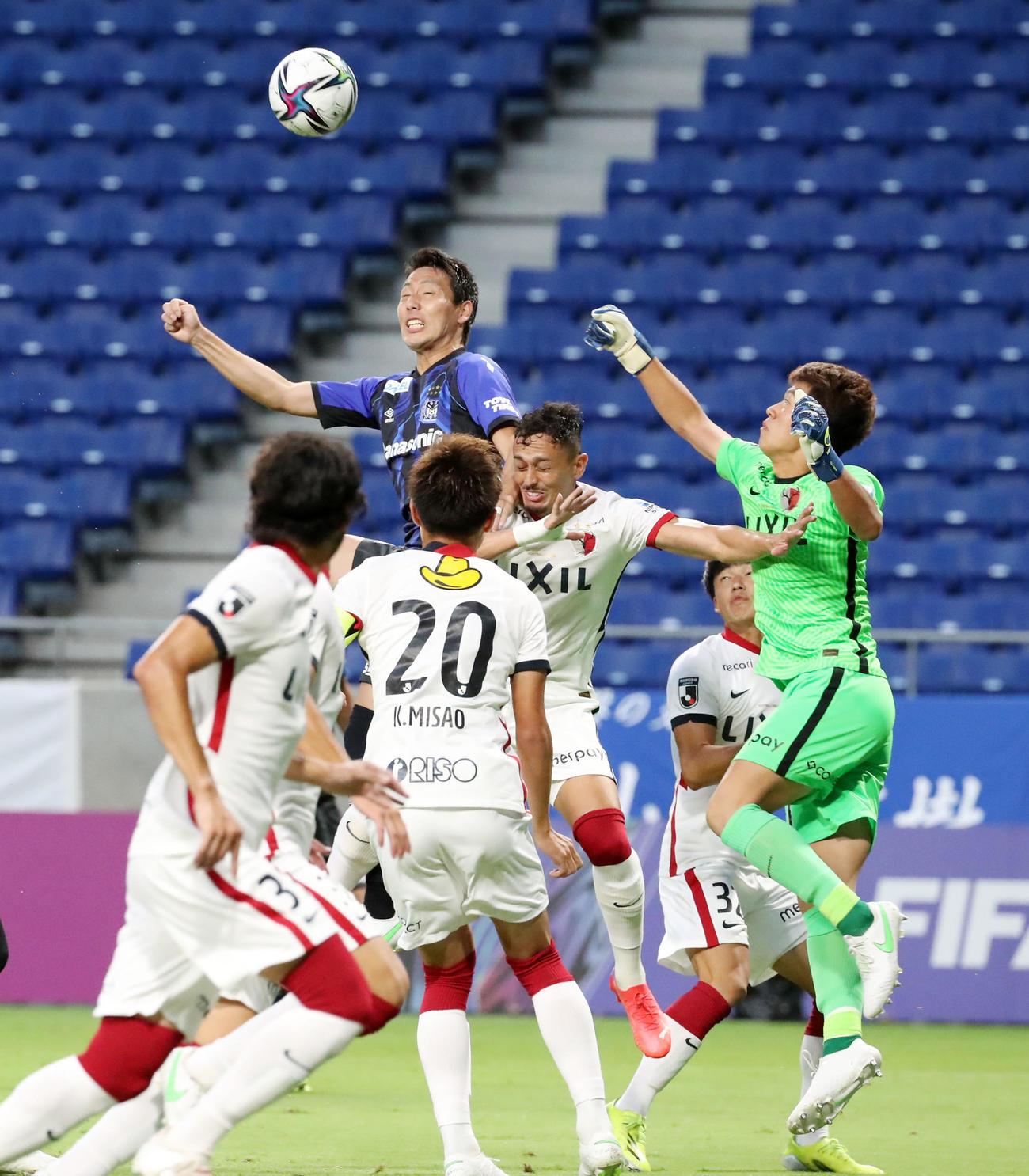 G大阪対鹿島 前半、G大阪昌子は頭でボールを押し込もうとするがGKにセーブされゴールできず(撮影・加藤哉)