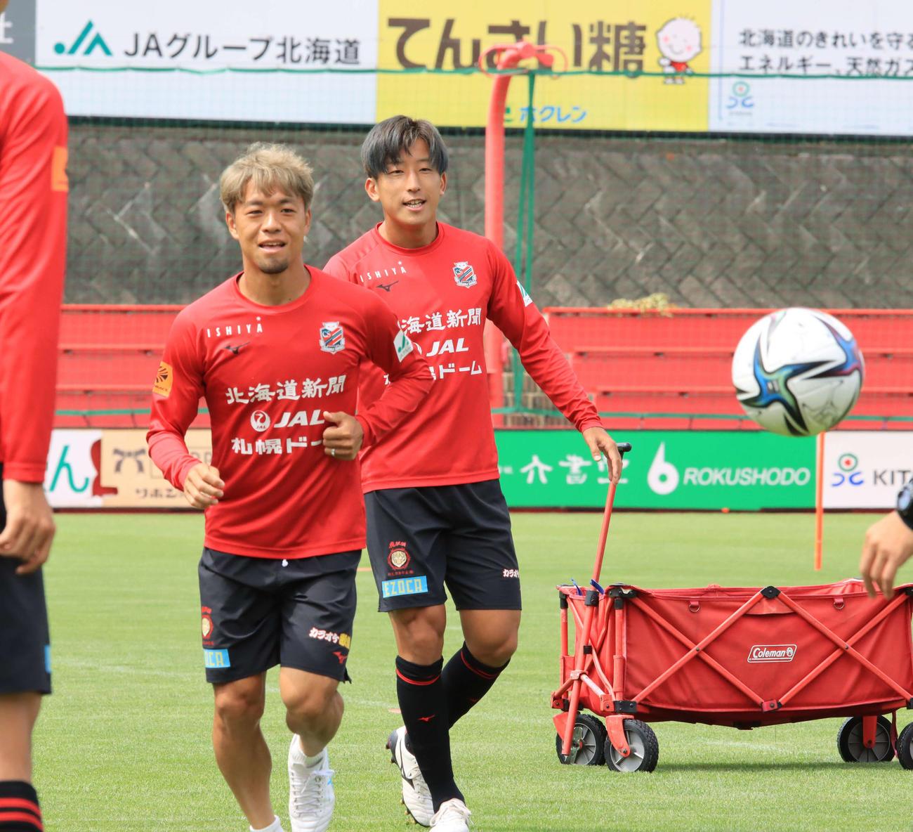 G大阪戦前日練習に参加する札幌MF金子(右)。左はMF駒井(撮影・保坂果那)