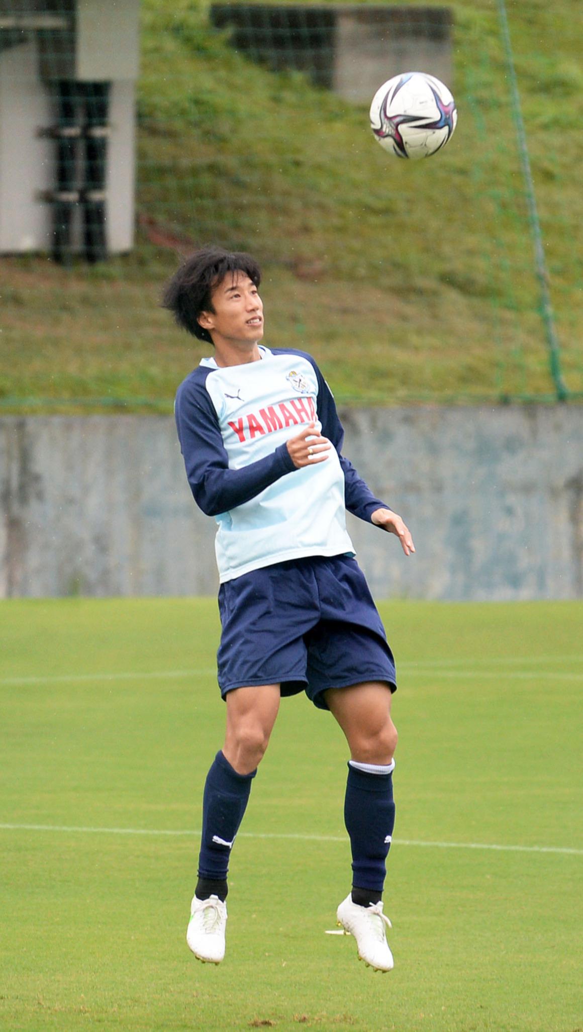 ウオーミングアップでヘディング練習する磐田FW大津