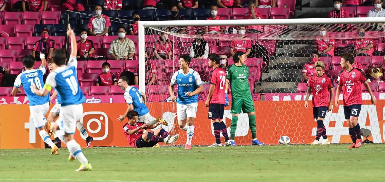 C大阪対浦項 前半、先制ゴールを決められがっくりするC大阪イレブン(撮影・前岡正明)