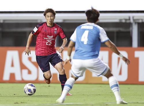 前半、ドリブルで攻め込むC大阪奥埜(左)(共同)