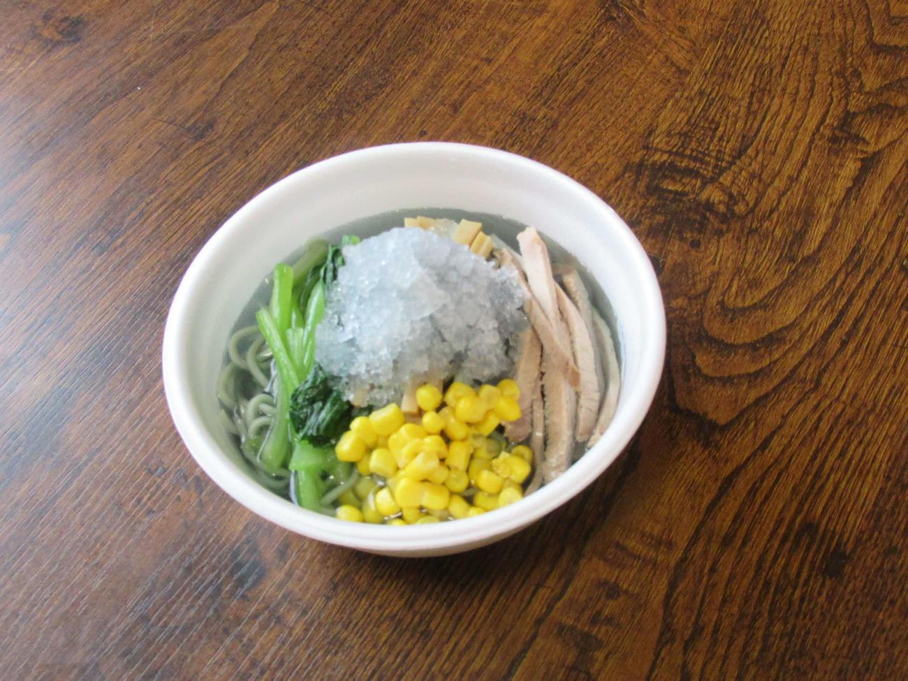 磐田南高の生徒とラーメン店「丸屋」が共同開発した「サックスブルーの麺&スープの冷やしラーメン」(磐田市提供)