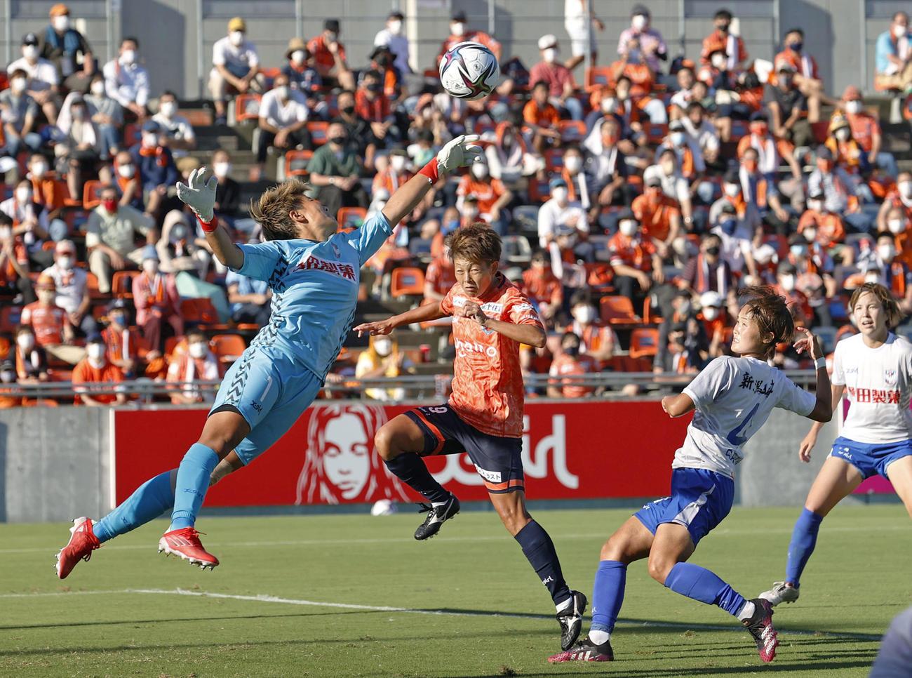 後半、クロスボールに飛びつく新潟のGK平尾(左端)(共同)
