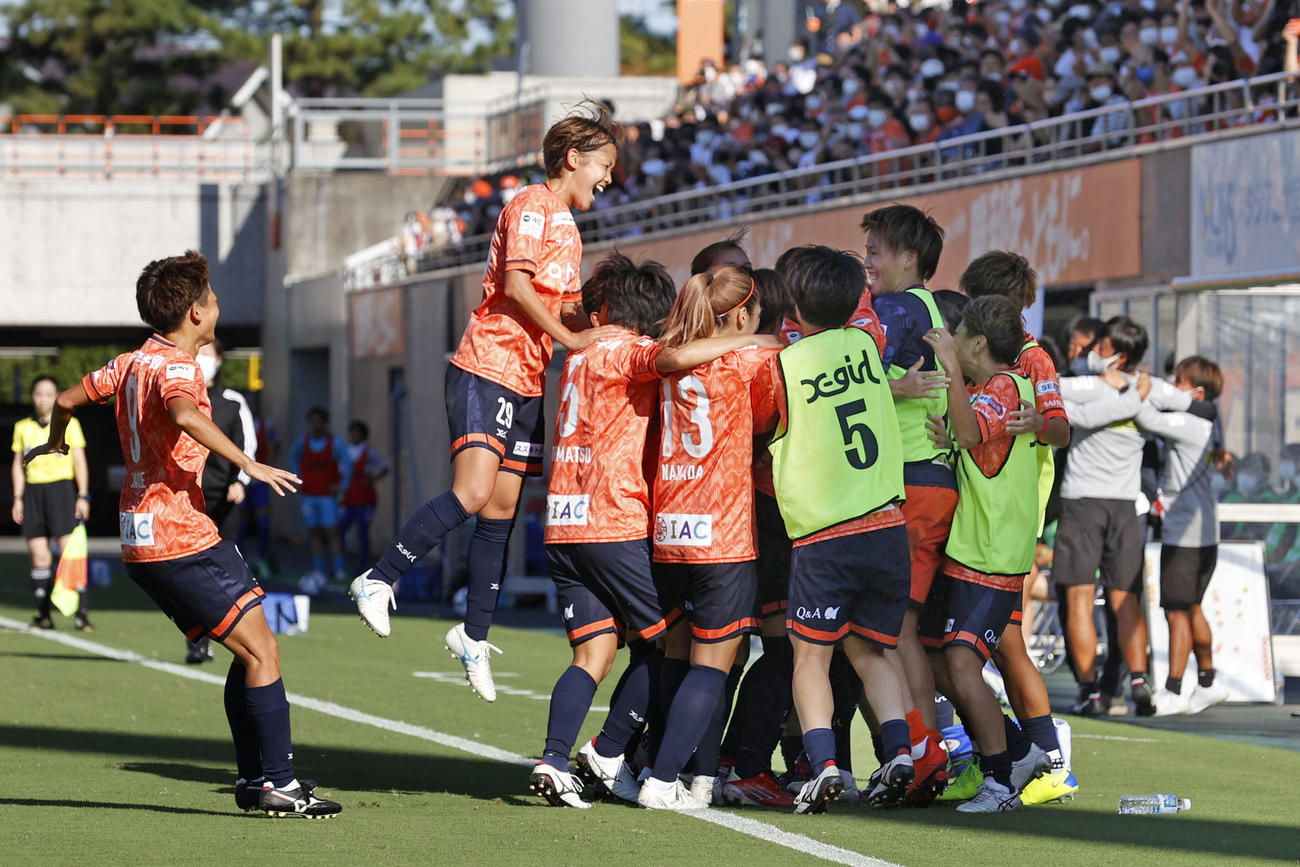 大宮―新潟 後半、FKが直接決まり同点とし、喜ぶ大宮イレブン(共同)