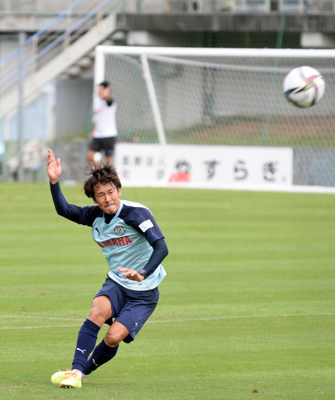 居残りでシュート練習に励む磐田MF山田