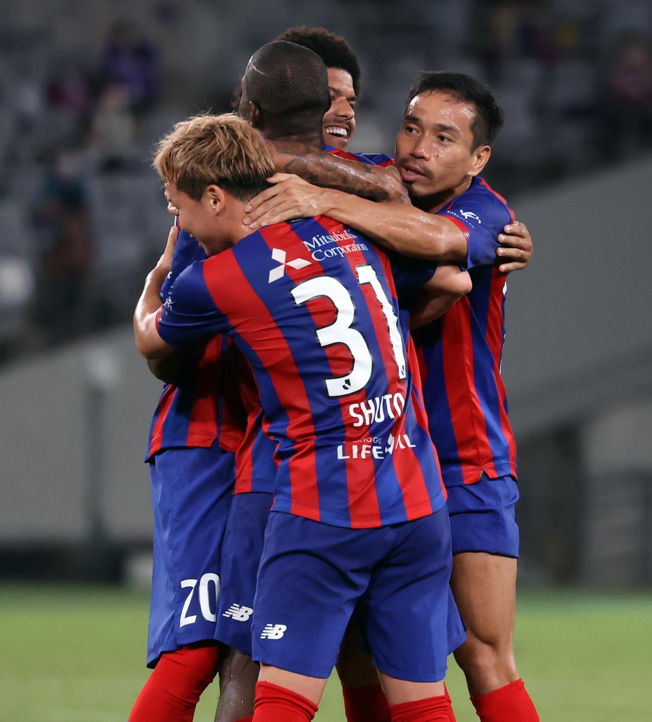 22日の名古屋戦前半、先制ゴールを決めた東京アダイウトン(左から2人目)を抱擁で祝福する長友(右)ら