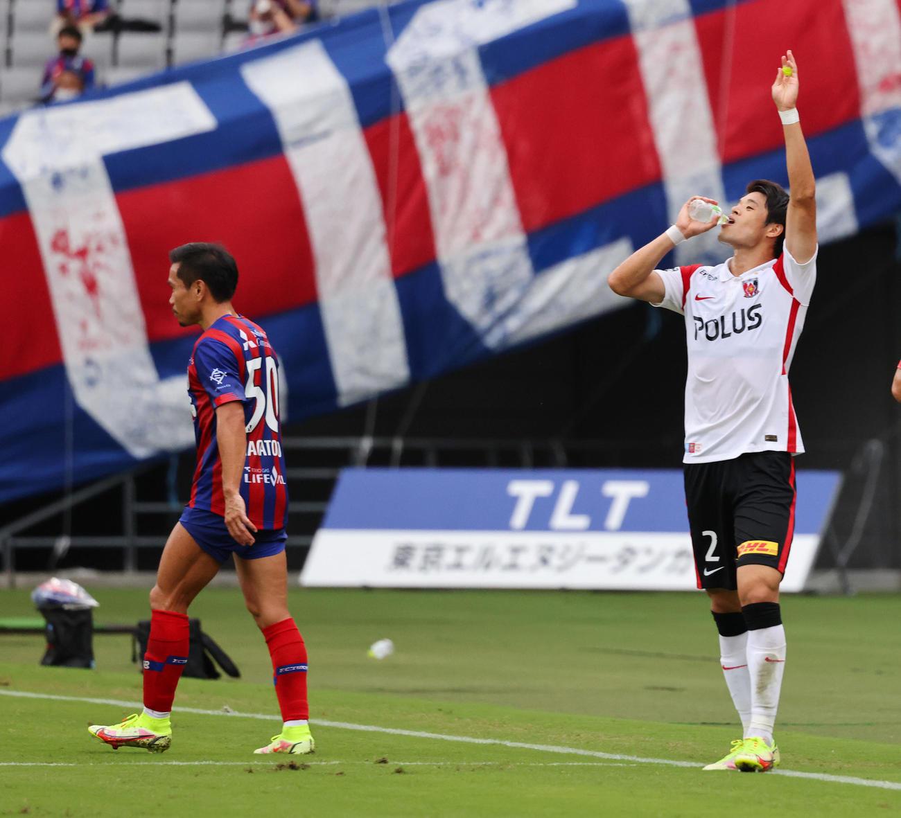 東京対浦和 前半、VARの結果ゴールの判定となり喜ぶ浦和酒井(右)。左は東京長友(撮影・垰建太)