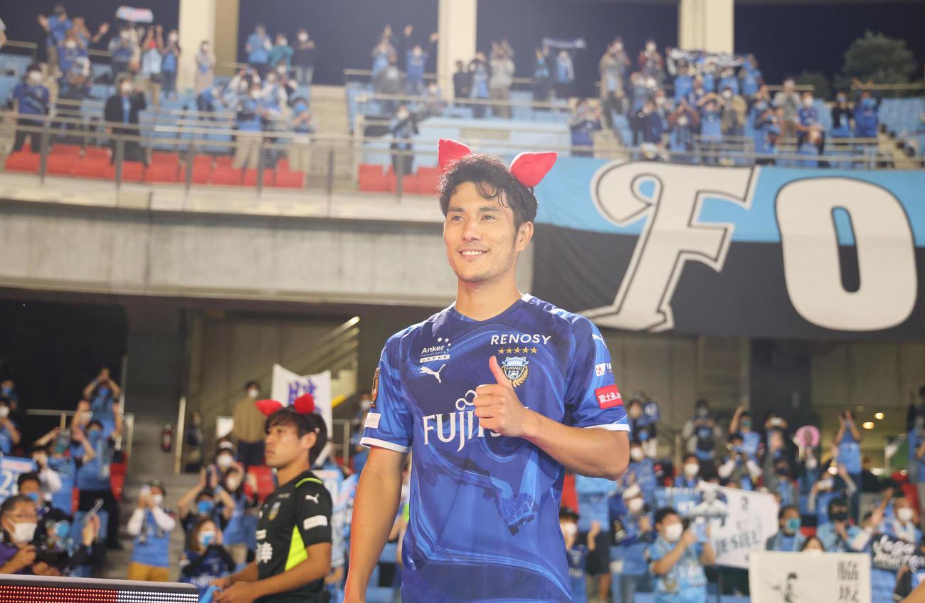 川崎F対湘南 試合後、可愛らしい耳飾りを着けポーズを決める川崎F知念(撮影・垰建太)