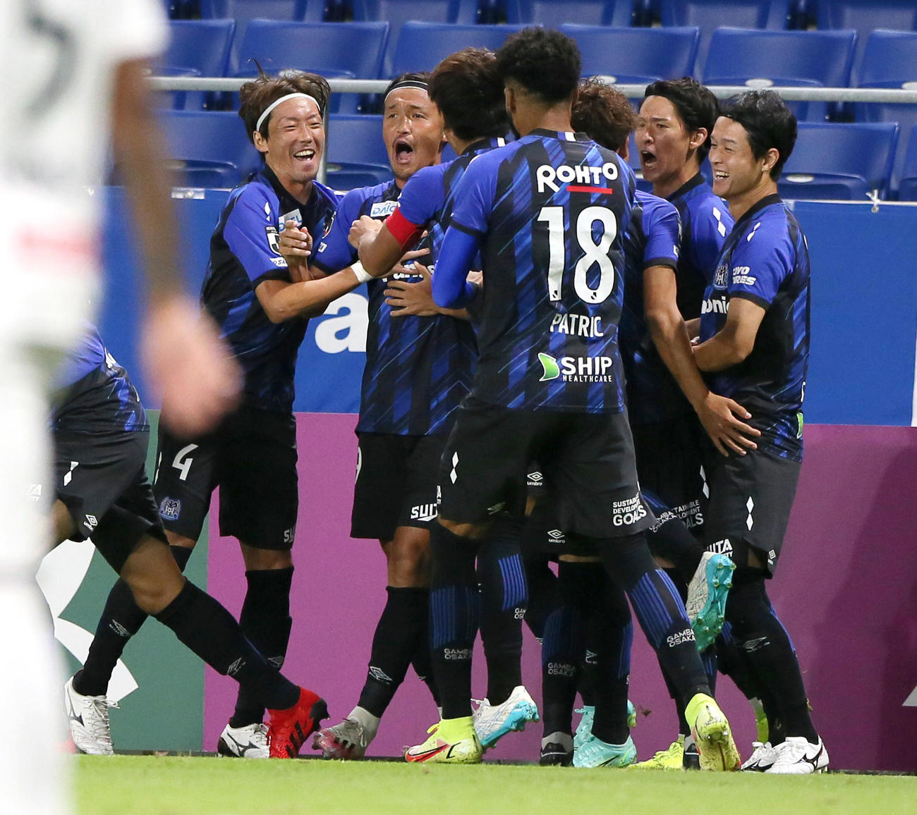 G大阪対柏 前半、G大阪宇佐美(左から2人目)は先制ゴールを決めて祝福を受ける(撮影・上山淳一)