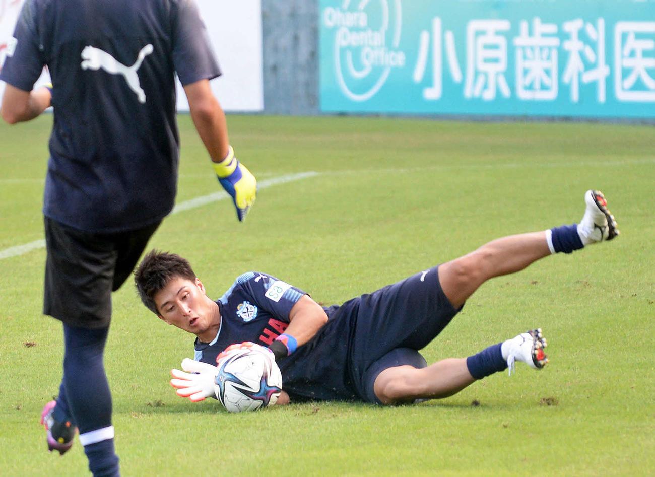 セービング練習に励む磐田GK三浦