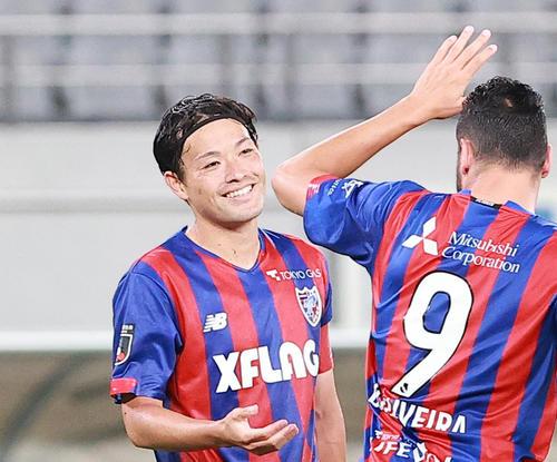 ディエゴ・オリヴェイラ(右)と喜ぶ東慶悟(21年6月撮影)