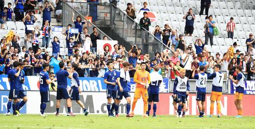 試合後、サポーターにあいさつしたサッカー日本代表イレブン(撮影・江口和貴)