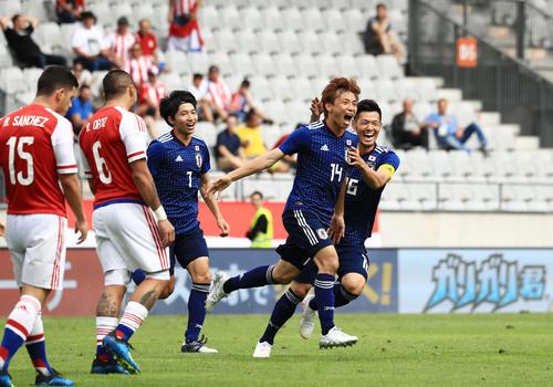 後半、1点目のゴールを決めた乾(右から2人目)は山口(右)柴崎と喜ぶ(撮影・江口和貴)