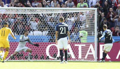 後半13分、フランスFWグリーズマン(右)が左足でゴール右へPKを決める(AP)