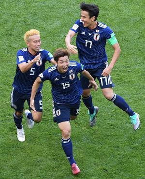 日本対コロンビア 後半、勝ち越しゴールを決めた大迫(中央)は、歓喜の表情でベンチヘ走る。左は長友、右は長谷部(撮影・山崎安昭)