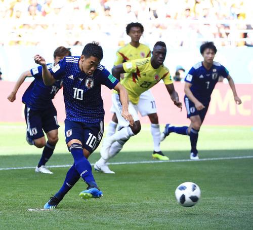 日本対コロンビア 前半、PKで先制ゴールを決める香川(撮影・江口和貴)