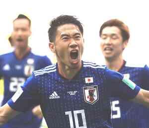 日本対コロンビア 前半、先制ゴールを決め、ほえながら走る香川、右は大迫(撮影・江口和貴)
