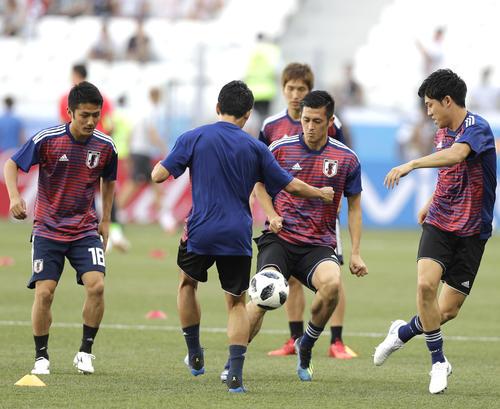 試合前にウオーミングアップを行う日本の選手たち(AP)